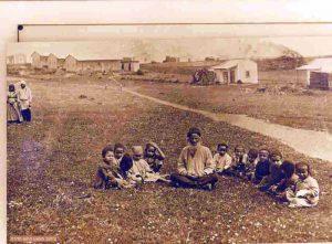 אנשים יושבים בשדה